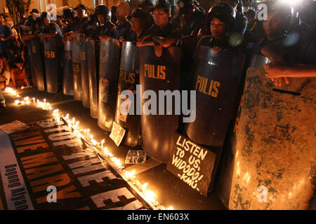 Makati, Philippines. 28th Apr, 2015. The police line in front of the Indonesian embassy. Protesters and office workers - Stock Photo