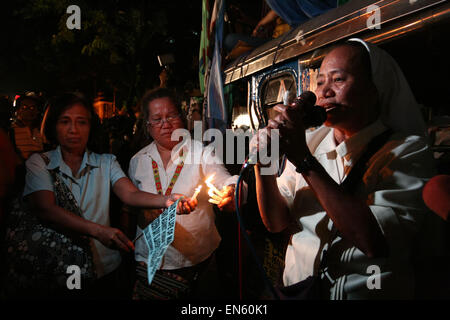 Makati, Philippines. 28th Apr, 2015. Nuns lead a prayer for Mary Jane Veloso's life. Protesters and office workers - Stock Photo