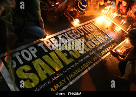 Makati, Philippines. 28th Apr, 2015. Protesters light up candles as they start their vigil in front of the Indonesian - Stock Photo