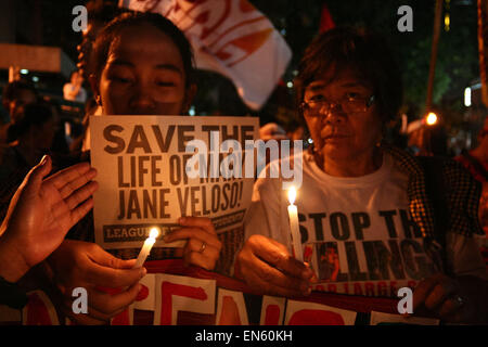 Makati, Philippines. 28th Apr, 2015. Protesters hold up candles in front of the Indonesian embassy. Protesters and - Stock Photo