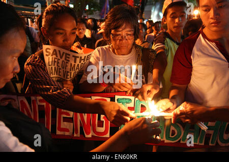 Makati, Philippines. 28th Apr, 2015. Protesters light up candles as they start their vigil in front of teh Indonesian - Stock Photo