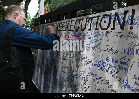 Makati, Philippines. 28th Apr, 2015. An Australian writing on the dedication wall joined the protest in front of - Stock Photo