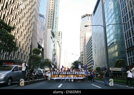 Makati, Philippines. 28th Apr, 2015. Protesters march along Ayala Avenue in Makati City, towards the Indonesian - Stock Photo
