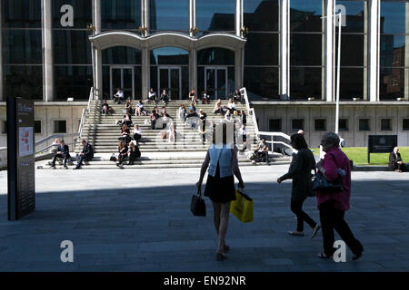 Sunny weather in Manchester city centre (Tuesday 21st April 2015). Lunch on the steps of Manchester Crown Court. - Stock Photo