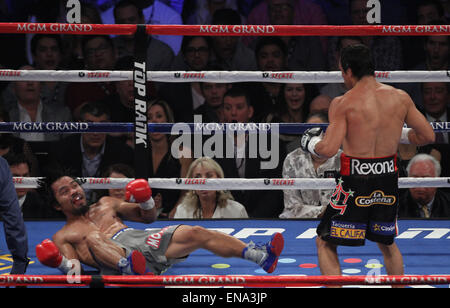 Las Vegas, Nevada, USA. 9th Dec, 2012. Manny Pacquiao (gray trunks) and Juan Marquez (black trunks) battled through - Stock Photo