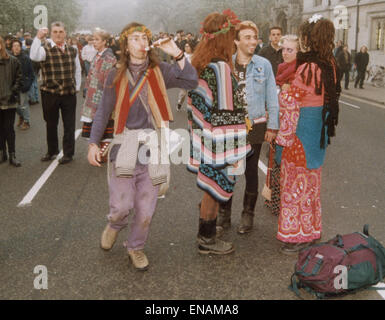 FILE PHOTOS: Oxford, Oxfordshire, UK. 1st May, 1995. Oxford May Day celebrations Magdalen Bridge. Revellers embrace - Stock Photo