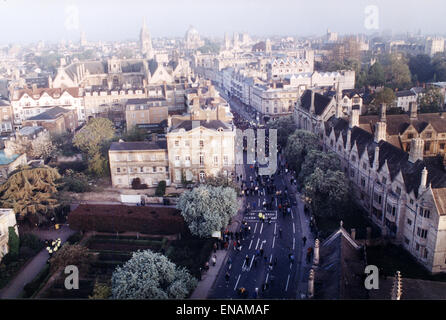 FILE PHOTOS: Oxford, Oxfordshire, UK. 1st May, 2000. May morning from Magdalen Tower, Oxford. Thousands crowd the - Stock Photo