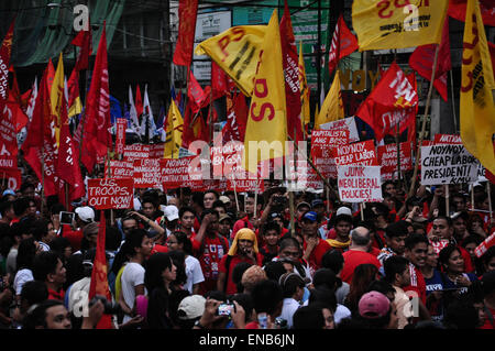 Manila, Philippines. 01st May, 2015. Protesters march towards the historic Mendila Bridge just outside the Malacanang - Stock Photo