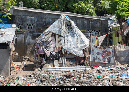 Third world poverty lifestyle: Poor tent slums on the banks of the polluted Adyar River estuary in Chennai, Tamil - Stock Photo