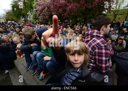 Rotherham, UK. 2nd May 2015. A young boy hoping to catch a piece of bread which is thrown from the church tower at Wath All Saints Parish Church near Rotherham, South Yorkshire. One hundred bread bun are thrown to the waiting crowds below as part of the annual Wath Festival. Picture: Scott Bairstow/Alamy