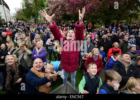Rotherham, UK. 2nd May 2015. A young girl hoping to catch a piece of bread which is thrown from the church tower at Wath All Saints Parish Church near Rotherham, South Yorkshire. One hundred bread bun are thrown to the waiting crowds below as part of the annual Wath Festival. Picture: Scott Bairstow/Alamy