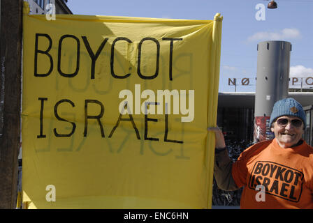 Copenhagen, Denmark. 2nd May, 2015. Hans Hansen stands with banner boycot Israel he is pro palestinian standing - Stock Photo