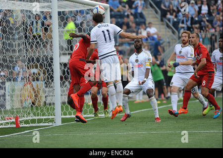 Chester, Pennsylvania, USA. 2nd May, 2015. Philadelphia Union's ANDREW WENGER (11), tries a header on goal during - Stock Photo