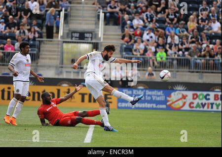 Chester, Pennsylvania, USA. 2nd May, 2015. Philadelphia Union player, RICHIE MARQUEZ (16), kicks the ball down the - Stock Photo