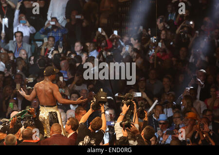 Las Vegas, Nevada, USA. 2nd May, 2015. Floyd 'Money' Mayweather up on the ropes after a twelve round win with a - Stock Photo