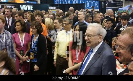 Omaha, USA. 2nd May, 2015. Microsoft founder Bill Gates (C, yellow jumpers) and US investor Warren Buffett (2nd - Stock Photo