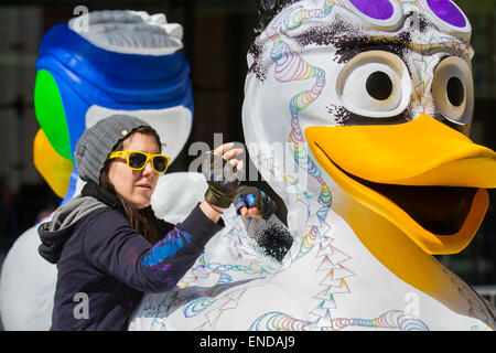 Liverpool, Merseyside, 3rd May, 2015. Gemma Seddon, environmental artist from London,  painting her 'Space Duck' - Stock Photo