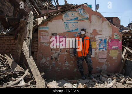 Kathmandu, Nepal. 3rd May, 2015. A Nepalese Army rescue team is watching the collapsed and damaged houses as he - Stock Photo