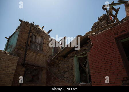 Kathmandu, Nepal. 3rd May, 2015. A woman walk in the roof of her damaged house as she's gonna removed rubbles caused - Stock Photo