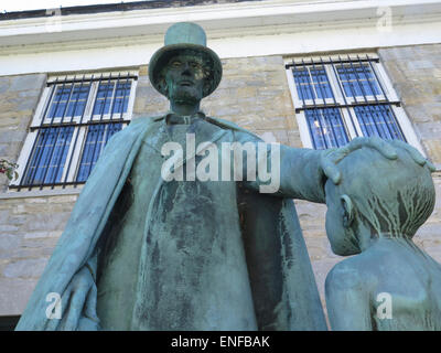 Stature of Abraham Lincoln in front of the Bennington Museum in Bennington, Vermont. - Stock Photo