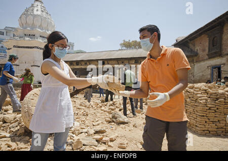 Kathmandu, Nepal. 25th Apr, 2015. Two volunteers cleaning up the rubble in Kal Mochan temple located in Thapathali - Stock Photo