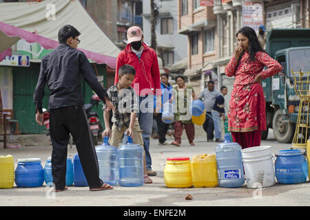 Lalitpur, Nepal. 25th Apr, 2015. A little boy shifting the water jars to fill up the water in Patan Dhoka. After - Stock Photo