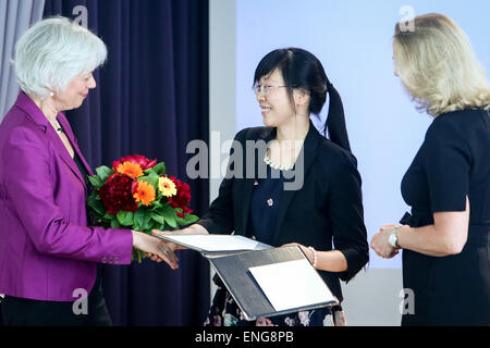 Berlin, Germany. 5th May, 2015. Dr. Zhu Xiaoxiang (C) from China attends the award ceremony of 2015 Heinz Maier - Stock Photo