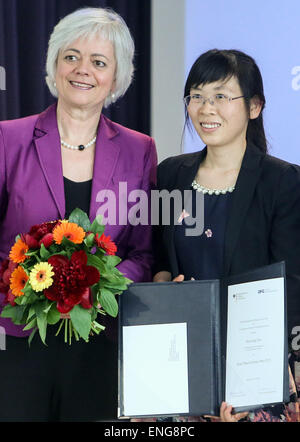 Berlin, Germany. 5th May, 2015. Dr. Zhu Xiaoxiang (R) from China attends the award ceremony of 2015 Heinz Maier - Stock Photo