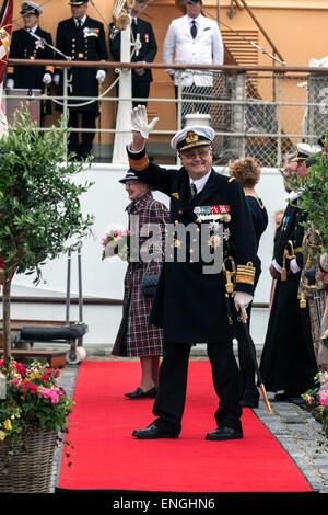 Helsingore, Denmark. 5th May, 2015. Prince Consort Henrik waves to the bystanders in Helsingore north of Copenhagen. - Stock Photo
