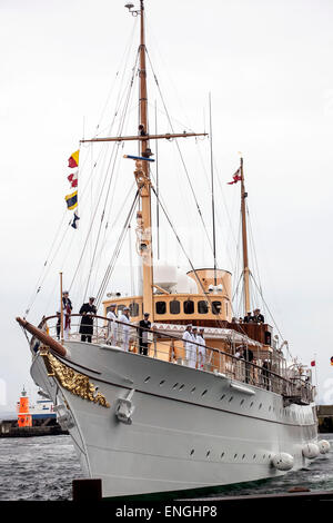 Helsingore, Denmark. 5th May, 2015. The royal ship Dannebrog arrives to Helsingore harbor after a short trip from - Stock Photo