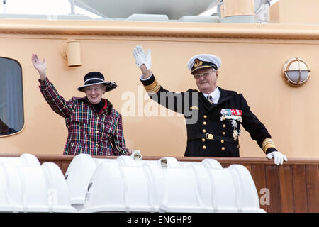 Helsingore, Denmark. 5th May, 2015. H.M. Queen Margrethe and Prince Consort Henrik waves to bystanders. The royal - Stock Photo