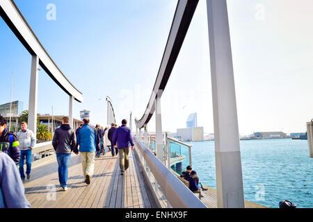 People crossing the bridge to Maremagnum area. Rambla del Mar, Port Vell, Barcelona, Catalonia, Spain. - Stock Photo