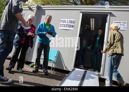 Brighton, UK. 7th May, 2015. Voters queue up to cast their vote at a polling booth in Preston Park, Brighton, East - Stock Photo