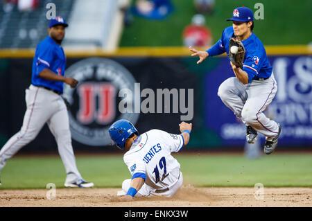 Omaha, NE, USA. 04th May, 2015. Round Rock Express second baseman Thomas Field #2 leaps to catch an errant throw - Stock Photo
