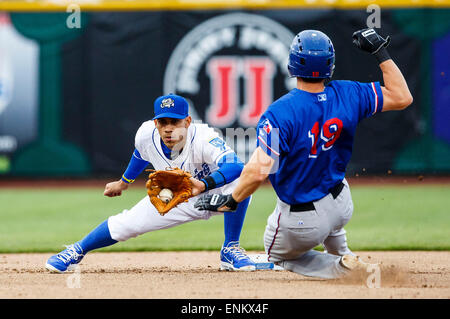 Omaha, NE, USA. 04th May, 2015. Round Rock Express second baseman Ed Lucas #19 attempts to steal 2nd base as Omaha - Stock Photo