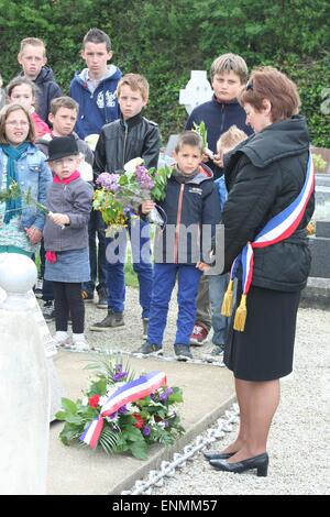 Normandy, France. 8th May, 2015. French school children wait whilst local Mayor Michèle Sonilhac lays wreath to - Stock Photo
