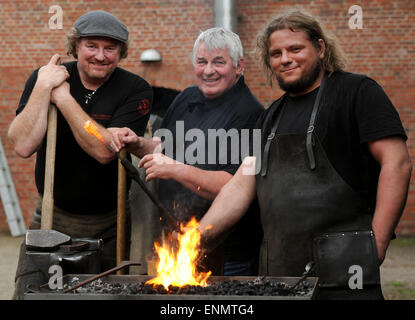 Friesoythe, Germany. 8th May, 2015. Actor Heinz Hoenig and smiths Tom Carstens (l) and Denni Ludwig, work on nails - Stock Photo