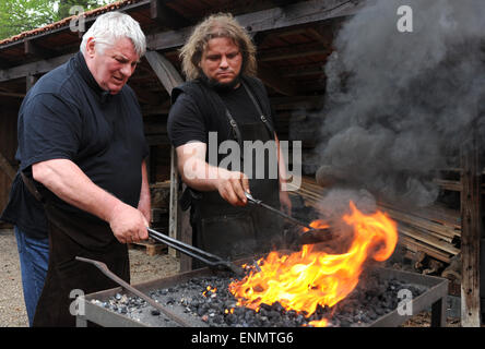 Friesoythe, Germany. 8th May, 2015. Actor Heinz Hoenig (2.f.L) and swordsmiths Denni Ludwig work on nails at the - Stock Photo