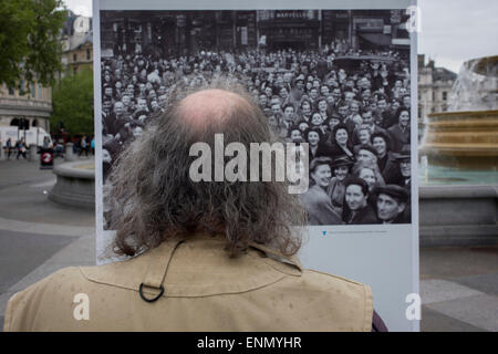 London, UK. 8th May, 2015. Visitors interact with an outdoor photography exhibit where on this day 70 years ago, - Stock Photo