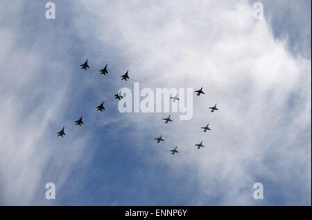 Moscow, Russia. 9th May, 2015. Sukhoi Su-27 and Mikoyan MiG-29 of the Russian Knights and Strizhi aerobatic teams - Stock Photo
