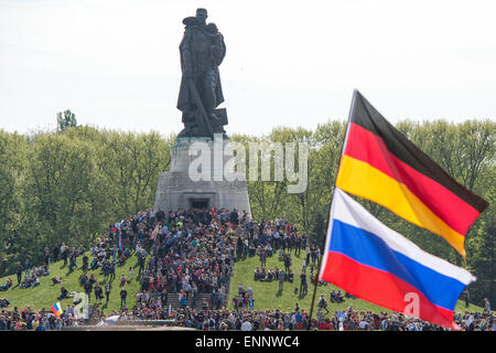 People gather at the Soviet Memorial in Treptower Park to commemorate the end of the war, Berlin, 9 May 2015. The Second World War ended 70 years ago on 8 May 1945. Photo: Maurizio Gambarini/dpa Stock Photo