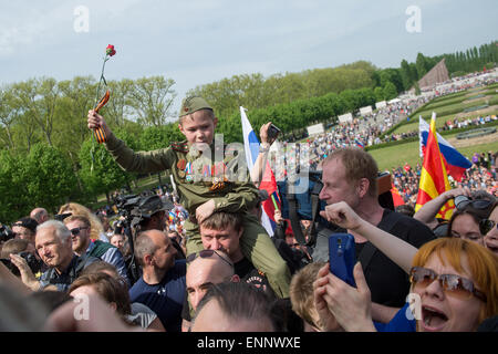 People gather at the Soviet Memorial in Treptower Park to commemorate the end of the war, Berlin, 8 May 2015. The Second World War ended 70 years ago on 9 May 1945. Photo: Maurizio Gambarini/dpa Stock Photo