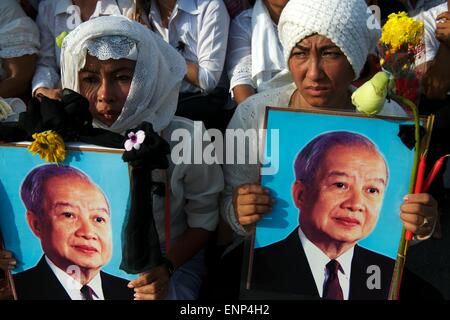 Buddhist monks and the Cambodian public mourn the death of King Norodom Sihanouk. He was the King of Cambodia from - Stock Photo