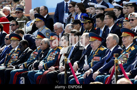Moscow, Russia. 9th May, 2015. Chinese President Xi Jinping (5th R, front) and his wife Peng Liyuan attend a grand - Stock Photo