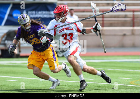 Ithaca, New York, USA. 9th May, 2015. Cornell Big Red midfielder Connor Buczek (33) dodges to the goal past Albany - Stock Photo