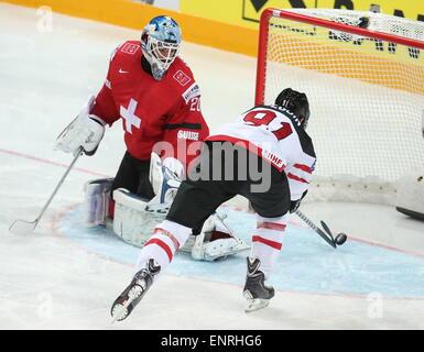 Prague, Czech Republic. 10th May, 2015. Canada's Tyler Sequin (R) scores past Switzerland's goalie Reto Berra in - Stock Photo
