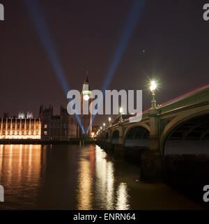 London, UK. 10th May, 2015. 70th Anniversary celebrations of the end of WWII in Europe, V for Victory searchlights - Stock Photo