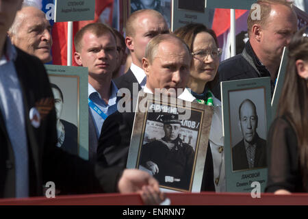 Moscow, Russia. 09th May, 2015. Russian President Vladimir Putin (in center) with the portrait of his father, the - Stock Photo