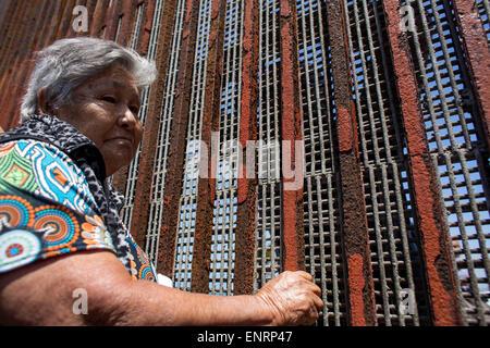 Tijuana, Mexico. 10th May, 2015. Felipa Lopez Olivera talks with her daughter Rafael Gutierrez through the border - Stock Photo