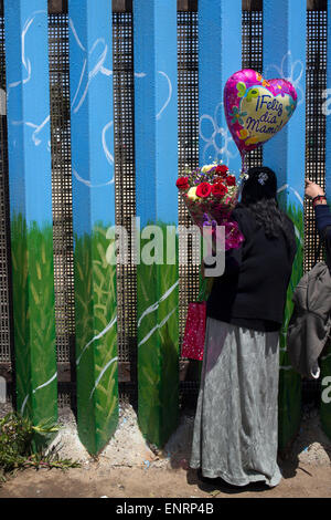 Tijuana, Mexico. 10th May, 2015. Families meet in the border fence, during a celebration in the context of Mother's - Stock Photo
